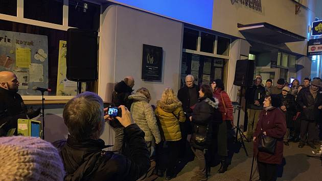 Město Kdyně odhalilo pamětní desku na místní budově MKS Modrá hvězda