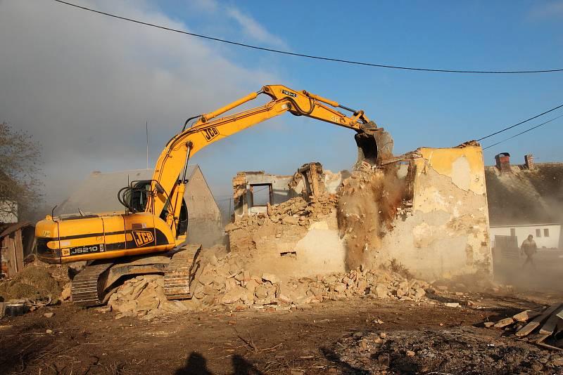 Těžká technika nejdříve zbourala starou budovu, která na parcele směrem na Pec stála.
