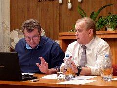 STAROSTA MIROSLAV RAUCH (vlevo) vysvětloval přítomným občanům položky rozpočtu, vedle něj místostarosta Karel Brabec.