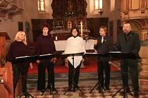 SINGTET. Vokální uskupení z Horšovského Týna dostalo návštěvníky Noci kostelů v Poběžovicích do správné nálady.