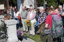 TRADIČNÍ MÍSTO ZAČÁTKU PĚŠÍ POUTI. Nachází se na klenečském hřbitově u hrobu J. Š. Baara.