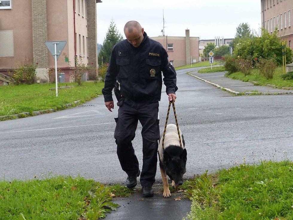 Zraněný německý ovčák Romer s psovodem Františkem Kohoutem přicházejí na ošetřovnu.