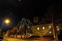 Za vánoční strom slouží v Mrákově lípa pod kostelem sv. Vavřince.
