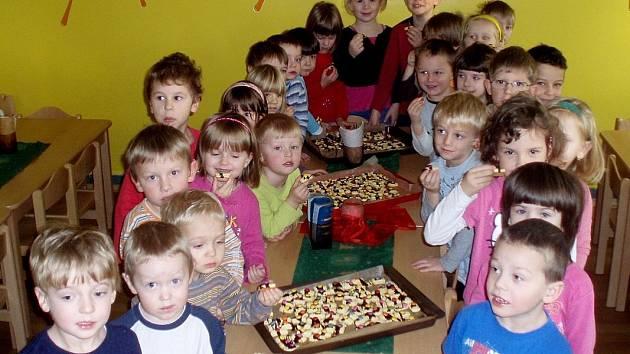 Trhanovští předškoláci si sami napekli cukroví, o to více jim nyní chutná.