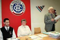 Předseda KČT Domažlice Petr Matějka (vpravo) přednesl výroční zprávu, vedle něj u předsednického stolu Marie Senohrábková a předseda KČT Kdyně Miroslav Frei.