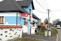 Násilím měli být v tomto klubu k prostituci nuceny dvě mladé Slovenky. Policie zatím vyšetřuje, zda je obvinění 39letého provozovatele z Domažlicka oprávněné. Lidé, kteří ho znají, ale s takovou  možností nepočítají