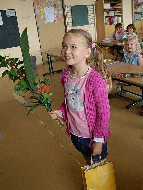 Pro vysvědčení si kyticí v ruce došla také Natálka Kukolová z 1.A domažlické školy Msgre B.Staška.