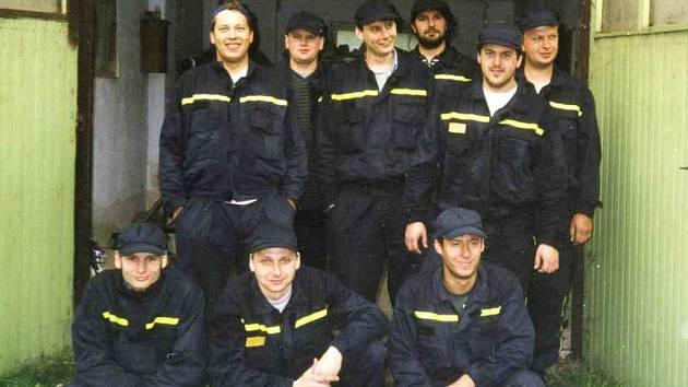 Petrovičtí  hasiči se po ´hlušším´ období pustili asi před patnácti lety opět aktivně do požárního sportu. Před odjezdem na soutěž v Domažlicích se vyfotografovali před zbrojnicí. Foto: archiv SDH Petrovice