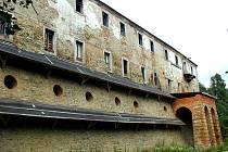 Pivoň. Současnou dominantou obce je zchátralý klášter. V obci by mohlo vyrůst golfové hřiště.