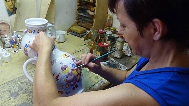 JANA PSUTKOVÁ. Keramika jí učarovala a navázala tím na rodinnou tradici, neboť její děda ´točil´ u známého keramika Františka Míči, který do obce přišel r. 1921 z Kunštátu.