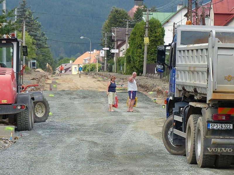 Z postupu prací při rekonstrukci silnice v Klenčí. Místní si musejí poradit, jak se například dostat domů s nákupy.