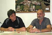 ONDŘEJ FREI. Starosta (vlevo) informoval o silnici občany na ustavujícím zasedání zastupitelstva. Po jeho levici místostarosta Václav Dufek.