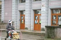 Děti z holýšovské školy tvrdily, že podezřelý muž čekával u školy nebo před hřištěm a lákal je penězi do svého automobilu. Případem se zabývá policie