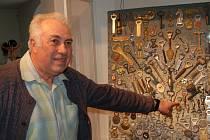 Petr Šindelář  z Brnířova u části své sbírky otvíráků.