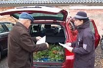 Policistka upozorňuje návštěvníka hřbitova na nebezpečí krádeže.
