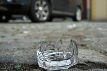 Následky výtržností v ulicích v centru Domažlic.
