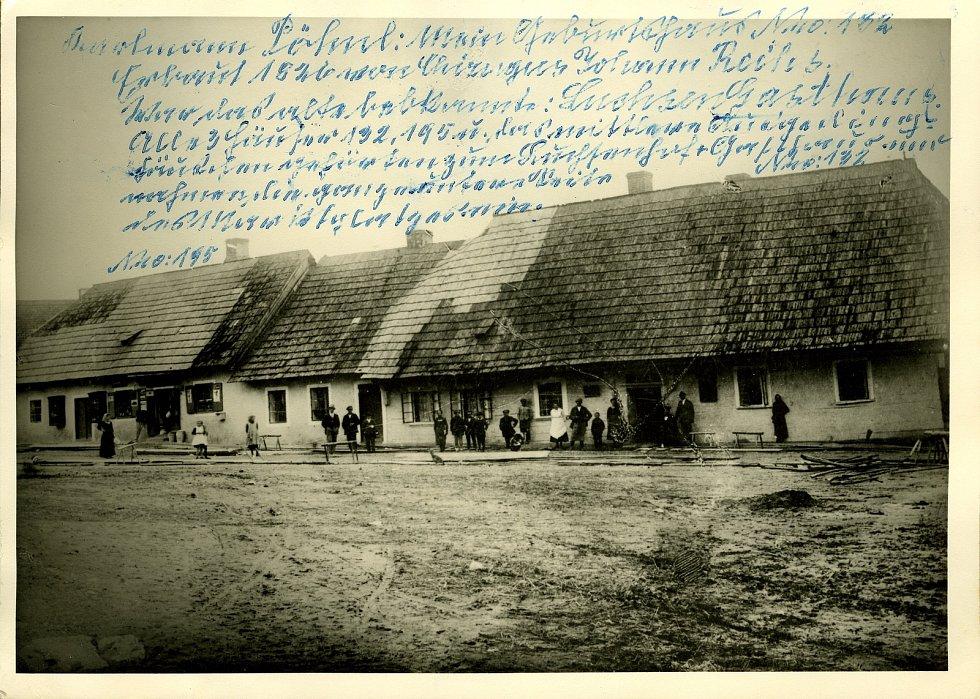 Historička Kristýna Pinkrová připravuje publikaci o historii Bělé nad Radbuzou a okolí. Na snímku jsou domy na místě dnešní radnice.