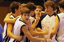 RADOST Z VÝHRY. Basketbalisté Jiskry Domažlice (čelem Jan Kozina) se radují z těsné výhry nad Žižkovem.