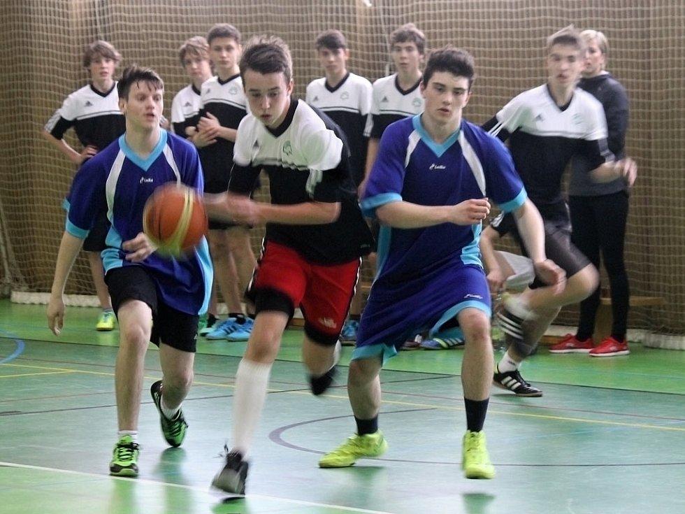 Tělocvična ZŠ Komenského 17 v Domažlicích hostila ve čtvrtek krajské kolo v basketbalu chlapců 8. a 9. tříd.