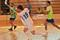 PŘIHRÁVKA NA MÍRU. Na snímku se napřahuje Pavel Kurek (s číslem 19) v duele s klatovskými Fireballs při Chodské florbalové lize.