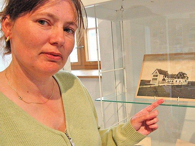 TAJEMNÁ ZÁKOUTÍ DOMAŽLIC. Výstavu nám přiblížila a na snímek Hájenské školy upozornila Marie Hanáčíková.