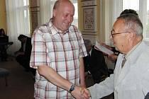 ZA STOVKU ODBĚRŮ byl kromě dvou dalších dárců odměněn (vlevo) 50letý Josef Cvačka z Nevolic, jemuž blahopřeje MUDr. Jiří Skočdopole.