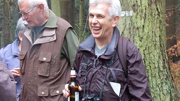 Karl Reitmeier s neodmyslitelným fotoaparátem u Zelené chýše po zamykání České studánky.