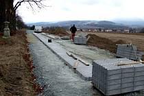 Nová cesta od Poběžovic ke hřbitovu bude do konce měsíce hotová.