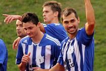 Martin Knakal se spoluhráči slaví první gól v síti Karviné.