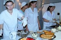 Grilované dobroty připravovali pro návštěvníky školy budoucí kuchaři.