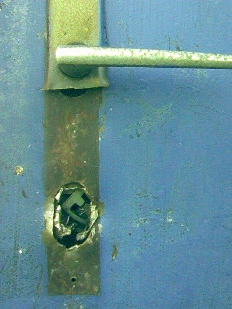 Při vloupání neobstál zámek, ale dveře udržel.