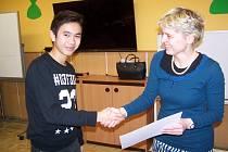 Vítěz středoškolské kategorie Kien Hoang Minh přebírá diplom z rukou Lenky Ledvinové.