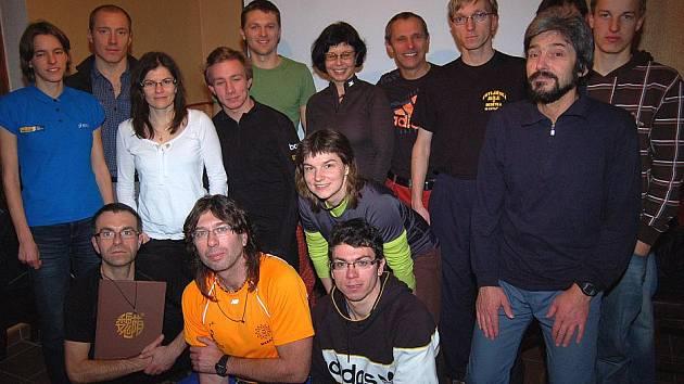 """Večerní """"povídání o běhání"""" účastníků běžeckého kempu s Milošem Škorpilem a dalšími známými sportovci."""