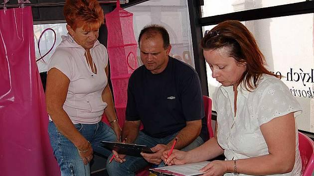 """Dotazník o prevenci nádorových onemocnění prsu vyplnili i turisté ze Sokolova Táňa Trávníková (zleva) a Josef Návorka. """"Byl to můj nápad,"""" pochlubila se žena, která si stejně jako ostatní návštěvníci odnesla nové vědomosti a minerálku s mateřídouškou"""