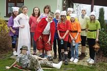 Mladí herci z dramatického kroužku Základní školy Holýšov se vydali do Merklína, aby zahráli obyvatelům střediska Radost.