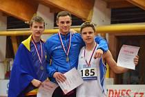 Zleva na stupních vítězů druhý Vojtěch Podjukl, první Dominik Sigmund a třetí Tomáš Plojhar.