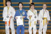 ÚSPĚŠNÍ JUDISTÉ. Na snímku zleva stojí medailová Lenka Karasová, Tereza Forstová, Vítězslav Hájek a Renáta Routová. Na závodech v Benešově s konkurencí z celé republiky se jim vedlo.