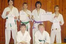 KARATISTÉ, UKAŽTE SE. Z jihočeského poháru v karate si diplomy přivezli David Hadač a Milan Kuželík (v horní řadě zleva) a Víťezslav Fronk, Lukáš Holub, Phuc Nguyen a Vladimír Maule (dole zleva).
