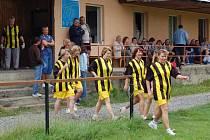 Nástup dámského týmu maminek a babiček k zápasu s bělskými mladšími žáky