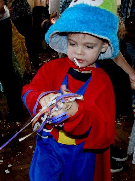 Pasečničtí hasiči uspořádali pro děti maškarní bál, nechyběly při něm soutěže a tombola.