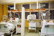 JEDNOTKA INTENZIVNÍ PÉČE. Na tomto nemocničním oddělení má interna také své pacienty, o které se stará vedle péče o nemocné na interních odděleních A a B.