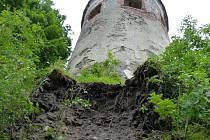 Zřícené základy pod věží.
