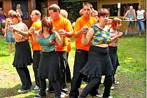 Taneční kroužek Bystřinka z Domova pro osoby se zdravotním postižením Bystřice nad Úhlavou předvedl diskotékové tance