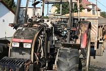 Požár vypukl v důsledku technické závady. Hasiči před ohněm uchránili vlek s obilím.