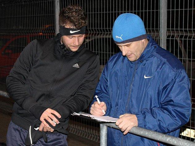Fotbalistům Jiskry začala zimní příprava. Na snímku jsou Michal Veselý a asistent trenéra Michálka Roman Vyleta.