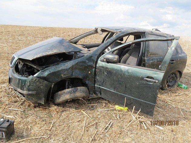 Vyjel mimo komunikaci, kde narazil do směrového sloupku, do stromu a pak se několikrát s vozidlem přetočil.