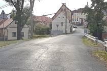 Silnice u mostu u kovárny v Kvíčovicích.
