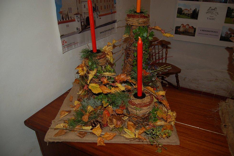 Žákovské podzimní dekorace vystavují na zámku v H. Týně.