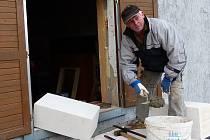 RYBÁŘI VYRAŽENÉ OKNO ZAZDÍ. V případě garáže se bez něj obejdou a tato úprava přijde laciněji než nové zárubně a zasklení okna.