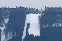 SJEZDOVKA NA SÁDKU ze silnice Ždánov-Pařezov. Svou výraznou bělostí v kontrastu s ostatní krajinou klame, neboť lyžovat se tam nedá.